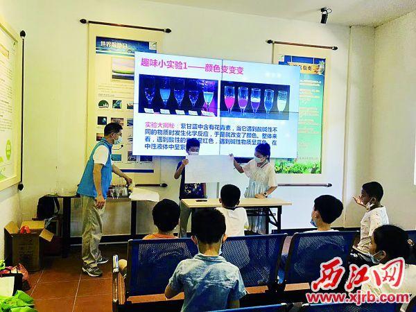 关爱未成年人党员服务队开展亲子趣味科学实验,拉近亲子关系。 西江日报记者 高静 摄