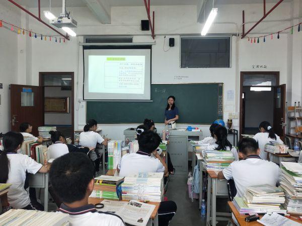 历史专业张淑贞为学生授课。受访者供图