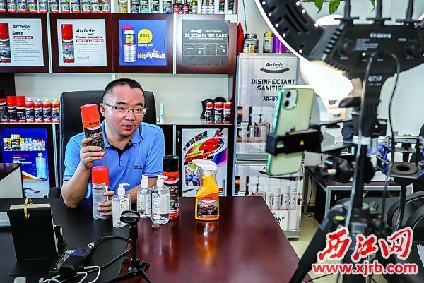 肇庆高新区企业家在广交会上通过直播平台向海外客户推荐产品。 西江日报通讯员 王振宇 摄