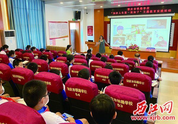 唐文明为学生们授课。 西江日报记者 潘粤华 摄