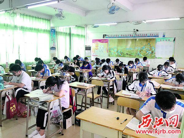 """鼎湖中学的高三学子进行高考前的""""热身试""""。 西江日报记者 夏紫怡 摄"""