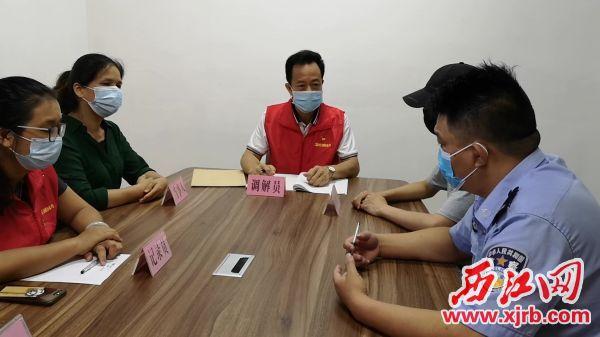 星湖社区党员联合会人民调解党员服务队帮助解决邻里纠纷,化解矛盾。 记者 岑永龙 摄