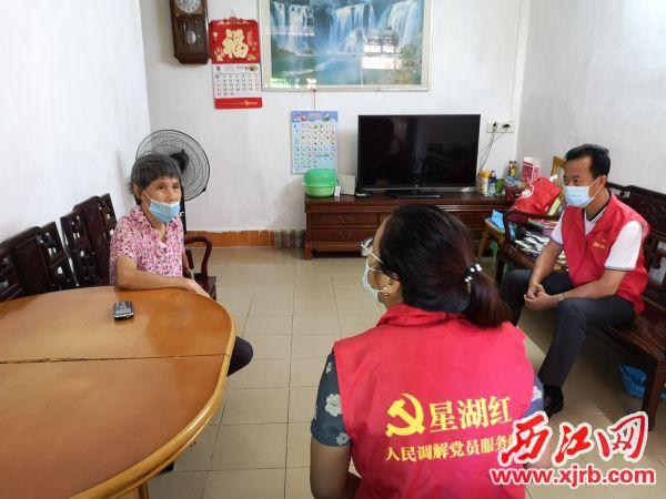 """党员服务队在""""八小时外""""以""""单位职工+在职居民""""双重身份参与社区社会治理事项。 记者 岑永龙 摄"""
