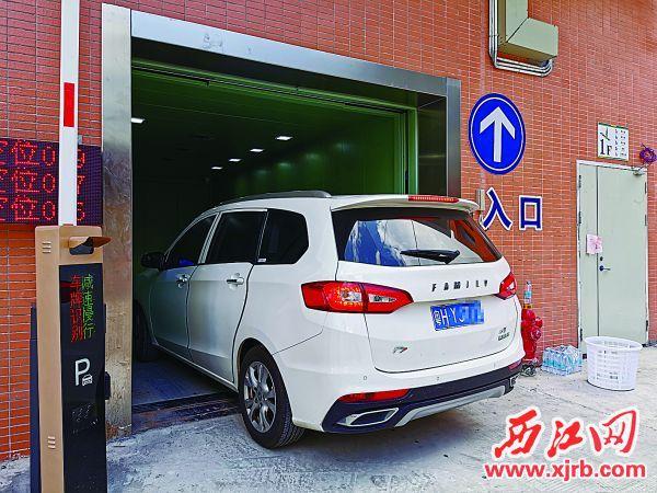 前进市场开创性建成升降停车 场,汽车可乘电梯到楼顶停车场。 西江日报记者 杨丽娟 摄