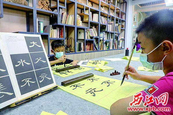 小朋友在练习书法。 西江日报记者 曹笑 摄