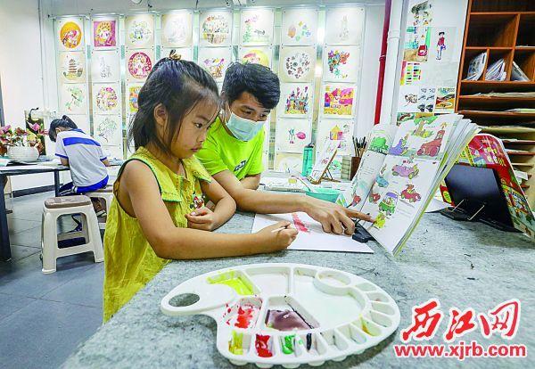 小朋友在练习绘画。 西江日报记者 曹笑 摄