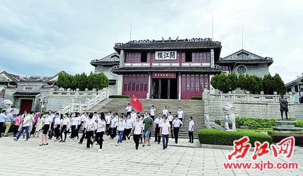 建党节前后,阅江楼迎来众多参观者。 西江日报记者 赖小琴 摄