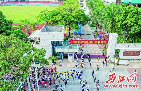 7月7日8時,考生有序進入端州中學考點。 西江日報記者 曹笑 攝