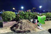 果皮箱容量过小 居民商户文明意识缺乏 端州区宝环大道垃圾溢出臭气熏人