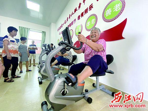 高要区帝景蓝湾小区老年人服务中心提前开放给老人体验,老人们笑得合不拢嘴。 西江日报记者 赖小琴 摄