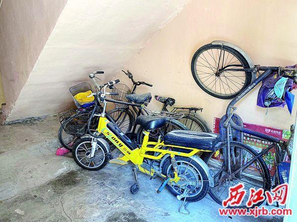在端州区柑园北路53幢楼梯口, 堆放着数台已锈迹斑斑的旧单车。