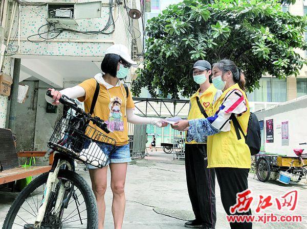 社区网格员向居民宣传环境卫生知识。 西江日报记者 夏紫怡 摄