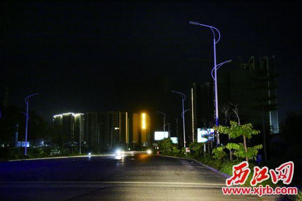 大鼎路千余米长的路段有灯无光。