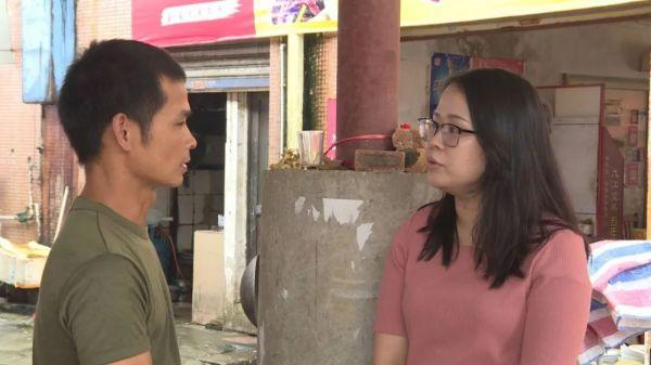 罗欣与贫困户程瑞兴交谈   通讯员供图