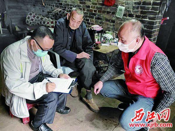 鼎湖区扶贫干部走访困难户。 受访者供图
