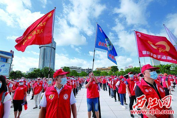 19支专业志愿服务队集中亮相。  西江日报记者 吴勇强 摄