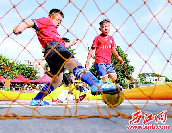 7月11日,U10组运动员在比赛中。 西江日报记者 梁小明 摄