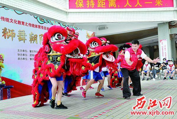 ▲7月12日,学生们在现场跟随老 师体验舞狮的乐趣。 充值100送18记者 梁小明 摄