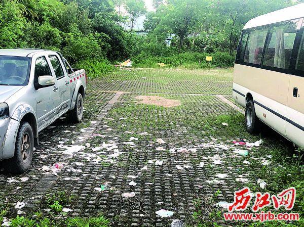 公园停车场垃圾遍地。
