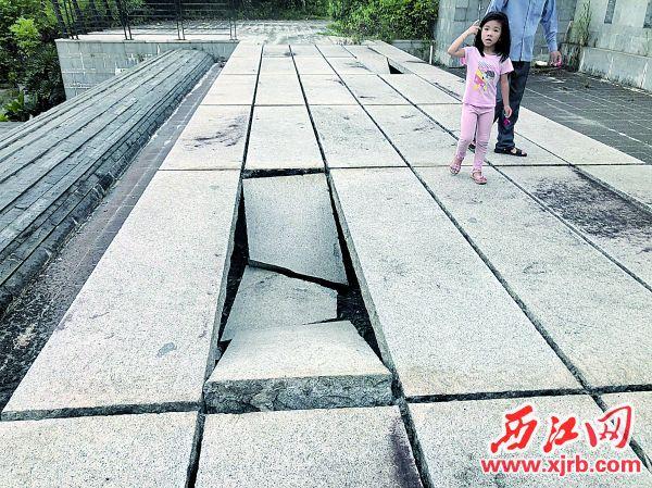 石板断裂,存安全隐患。