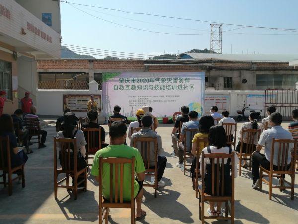 活动中,气象专家为社区居民讲解气象灾害防御知识    杨帅摄
