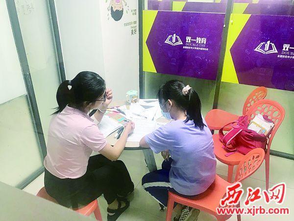 在端州区双一文艺教育培训中心,指导老师为即将就读七年级的学生辅导功课。 西江日报通讯员 苏敏 摄