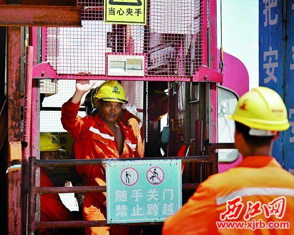 工人乘坐升降电梯准备上工。图片由通讯员提供