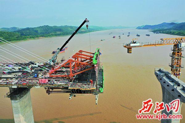 大型作业机械正在铺设一体化桥面。 图片由通讯员提供