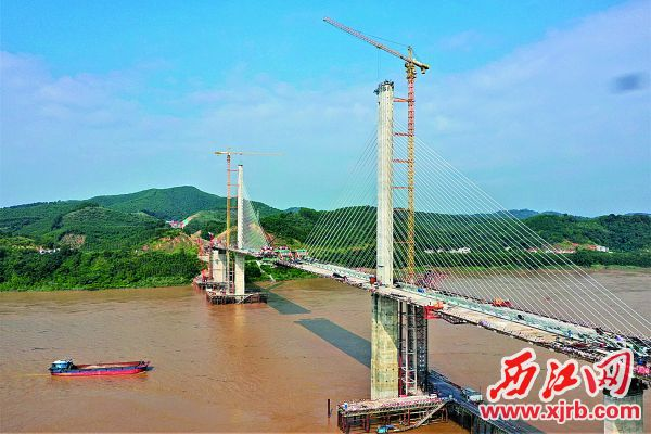 西江大桥施工现场,离主桥合龙更近了。图片由通讯员提供