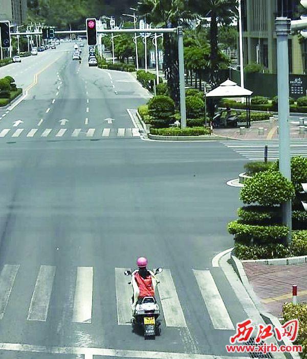 端州信安路与东岗路交汇路口,一辆女装摩托闯红灯。
