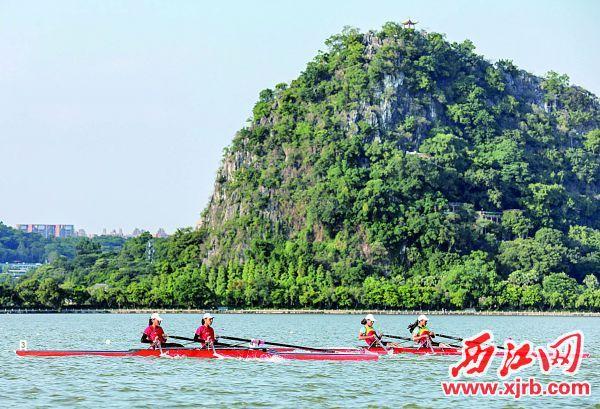 运动员在女子2千米双人双桨项目中角逐。 西江日报记者 曹笑 摄