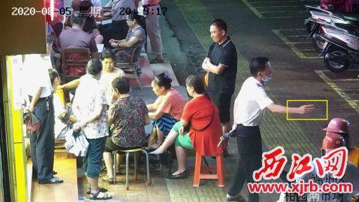 8月5日晚,端州区柑园南市场附近,一名男 子乱丢烟头。