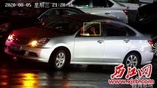8月5日晚,端州区睦岗市场附近,一名男子从 车上扔出烟头。
