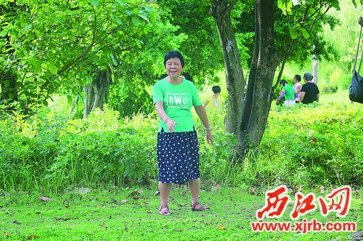 在牌坊公园,一女子走在草地上。