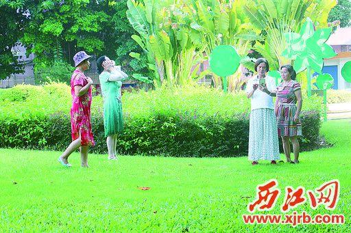 在城东公园内,四女士践踏草地。