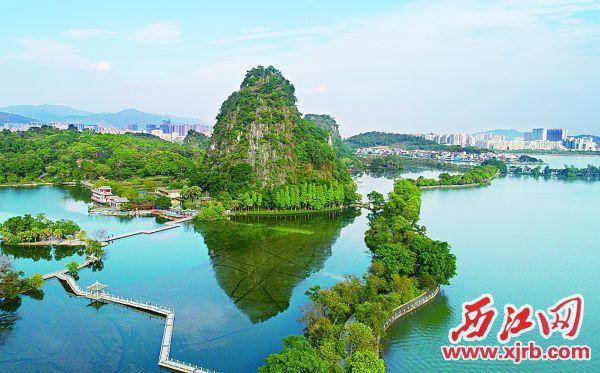 星湖水越来越美,碧水绕山映照七星。 西江日报记者 梁小明 摄