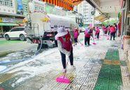 志愿者清洗小区群众称赞