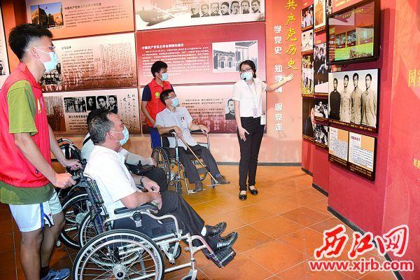 肢残人士在阅江楼参观,感受红色文化。 西江日报记者 陈松连 摄