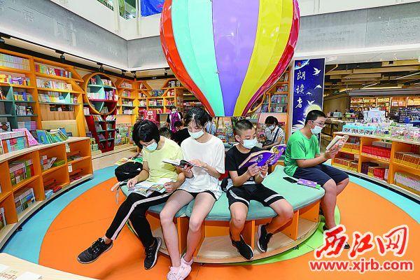 市民在2020年南国书香节肇庆分会场阅读书籍。 西江日报记者 梁小明 摄