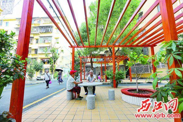 在端州区柳园社区里,居民在闲话家常。西江日报记者梁小明 摄