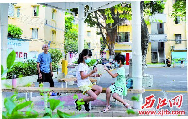 在端州区柳园社区里,孩子们在休闲玩耍。西江日报记者 梁小明 摄