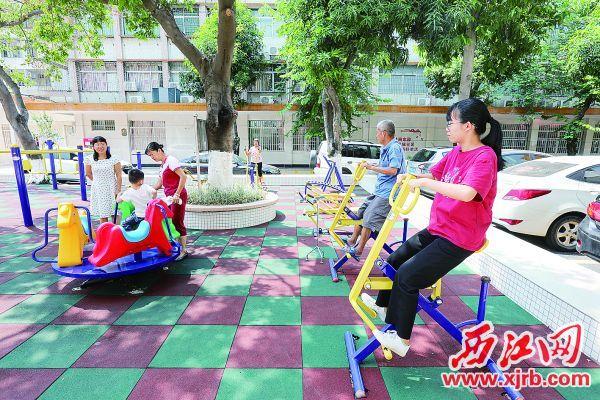 市民在鼎湖区桂花邨小区里健身。 西江日报记者 梁小明 摄