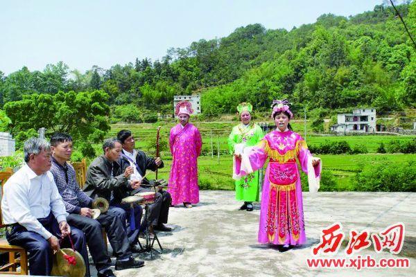 用封开方言演唱的封开采茶 戏,寓含粤西地区人们的精神、信 仰、价值取向,是现存的一种鲜活的 广信传统文化。 (资料图片)