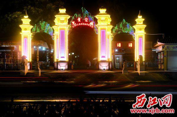 宝月儿童公园大门经过亮化后成为天宁北路一道靓丽风景线。 西江日报记者 严炯明 摄