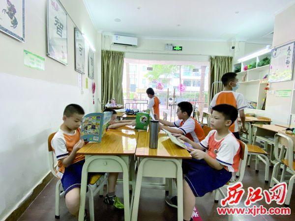 明智书院内,学生们午饭后在看书。 西江日报记者 赖小琴 摄