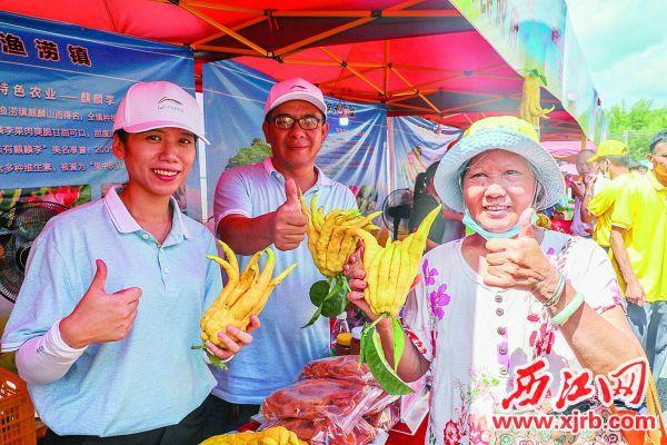顧客點贊農產品。 西江日報記者 曹笑 攝