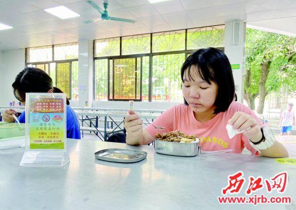 高要一中饭堂的每张桌子上摆有文明用餐宣传单,提醒学生节约粮食。 西江日报记者 潘粤华 摄