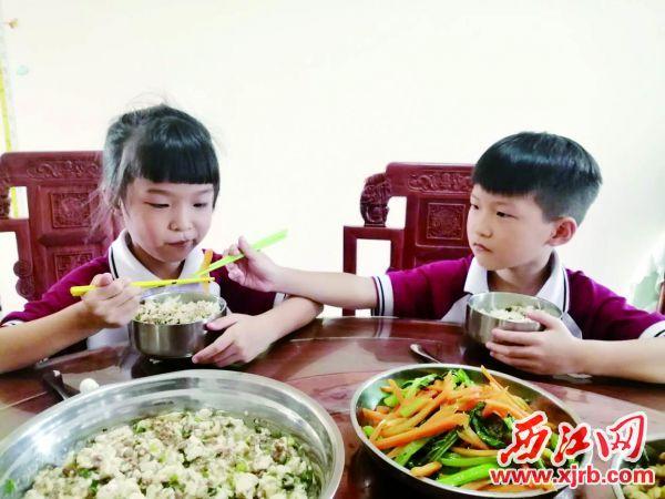 黎小冬和黎小至在平时互相监督,做到节约粮食。 西江日报记者 高静 摄