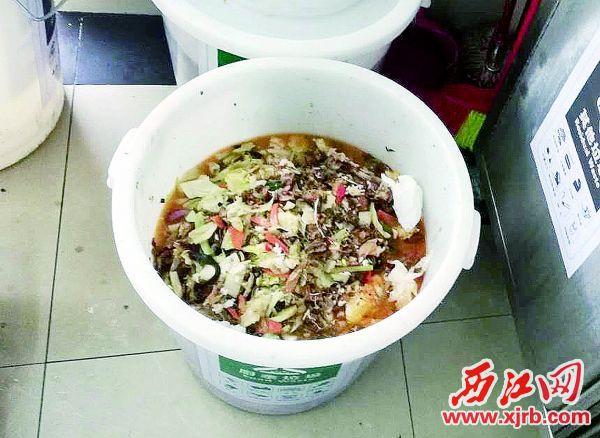 在肇庆某学校,用餐时间还没 有结束,潲水桶里已有许多吃剩的饭 菜。 西江日报实习生 郭超云 摄