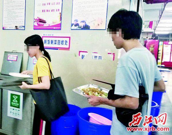 学生盘中餐尚未吃完便选择 倒掉。 西江日报实习生 郭超云 摄